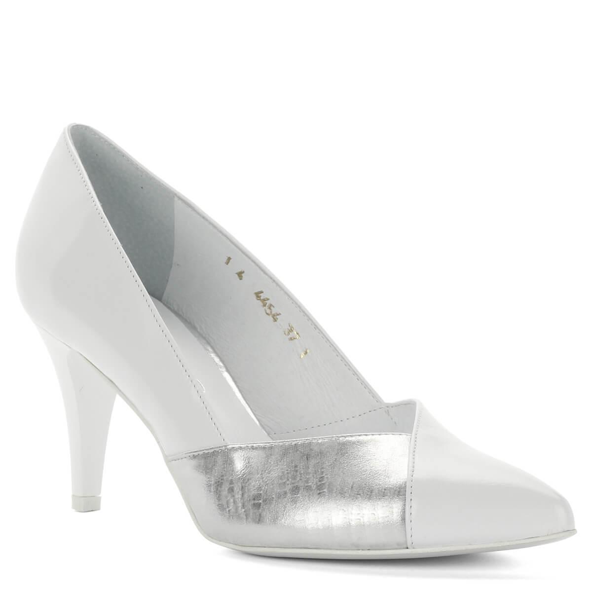 Anis fehér alkalmi cipő. Elegáns hegyes orrú fazon 8 cm magas sarokkal. Orrán ezüst betét található. Menyasszonyi cipőnek is ajánljuk.